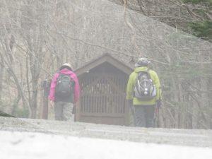 登山をする夫婦