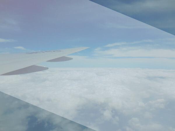 飛行機の中から空を見下ろす